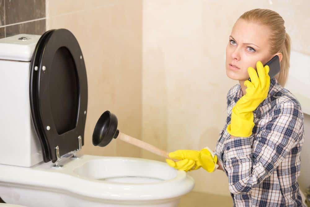 Como desentupir uma sanita entupida